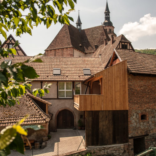Terrasse en bois accolée au bâtiment