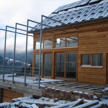 Maison individuelle en bois dans la montagne, bardage en bois vertical