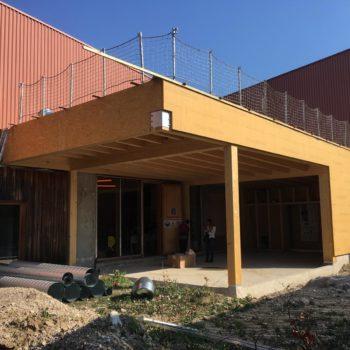 Agrandissement d'un bâtiment et création d'une terrasse couverte en bois