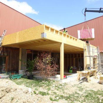 Levage d'un agrandissement de bâtiment et création d'une terrasse couverte en bois