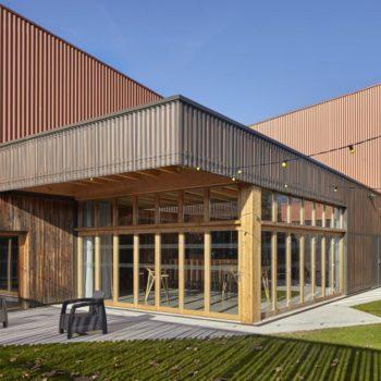 Agrandissement en bois d'un bâtiment, création d'une terrasse en bois