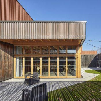 Extension d'un bâtiment, création d'une véranda et d'une terrasse en bois